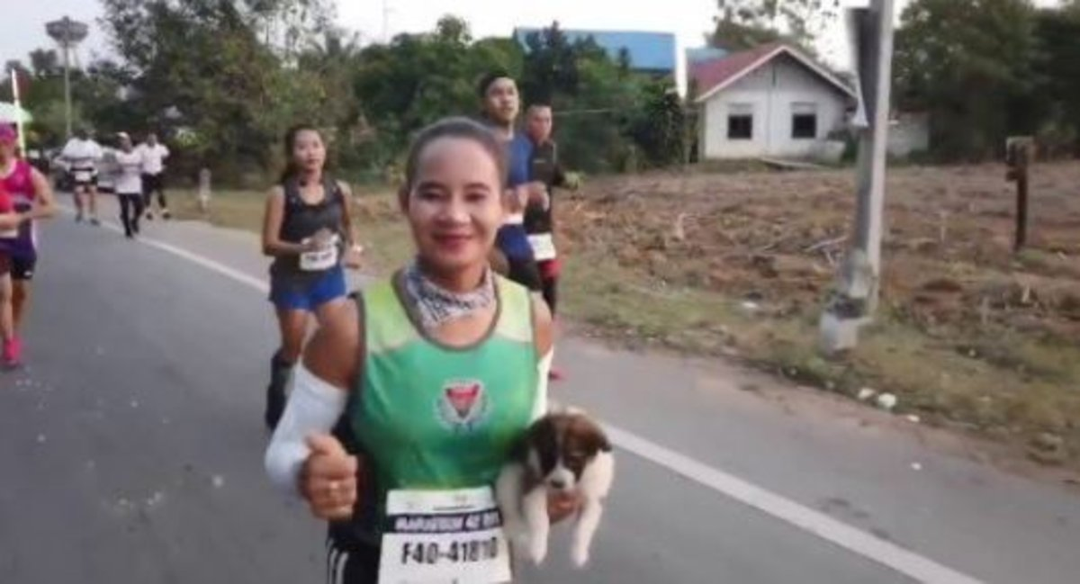 Una corredora encuentra un cachorro abandonado y lo lleva en brazos 30 kilómetros