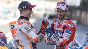 Marc Márquez y Andrez Dovizioso, únicos candidatos al título de MotoGP, este fin de semana, en Valencia, se han saludado amistosamente hoy en el circuito Ricardo Tormo.