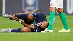 Mbappé, dolorido tras la entrada de Perrin.