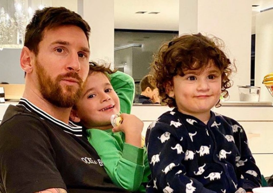 Messi junto a Mateo y Thiago, sus dos hijos mayores, en su domicilio.