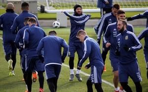 Messi, rodeado de compañeros, durante el entrenamiento del domingo en Valdebebas.