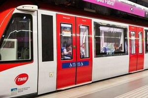 Metro de la L2 con las puertas rojas, esta semana