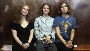 De izquierda a derecha,Maria Alyokhina, Yekaterina Samutsevich y Nadezhda Tolokonnikova, del grupo Pussy Riot, antes de ser condenadas por un tribunal en Moscú