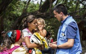 Personal de laAgencia de la ONU para los Refugiados (Acnur) atiende a inmigrantes.