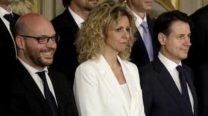 El ministro de Familia, Lorenzo Fontana (izquierda), posa junto a los demás miembros del Gobierno italiano.