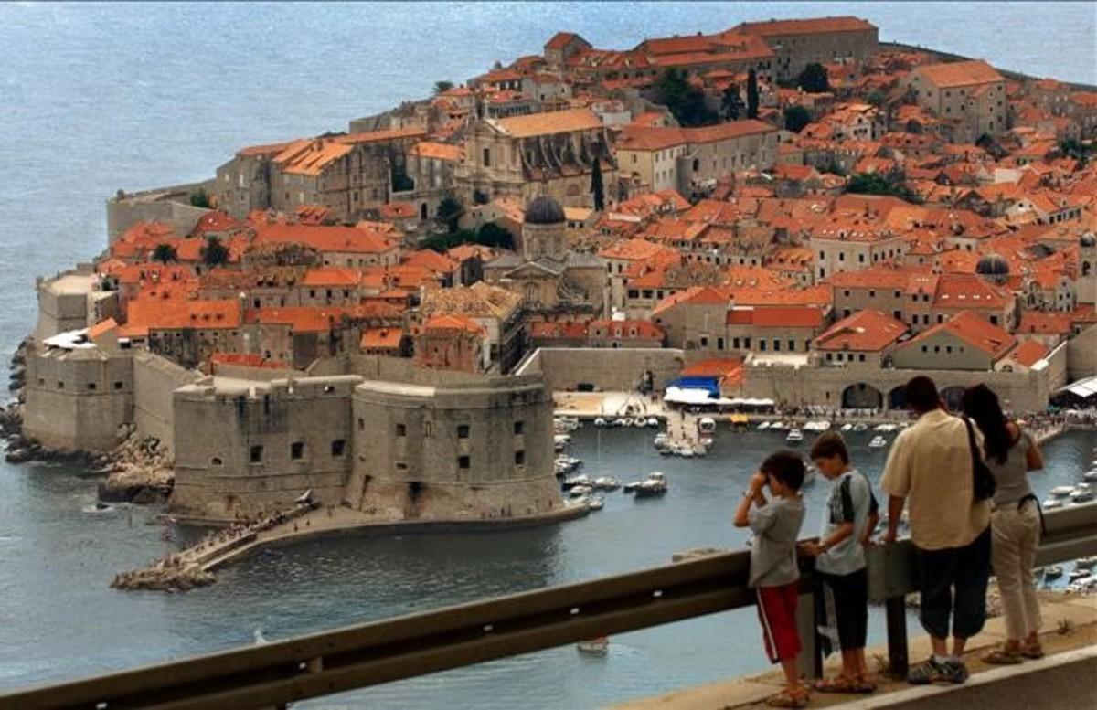 Una familia observa, desde un mirador, el centro histórico de la ciudad croata de Dubrovnik.
