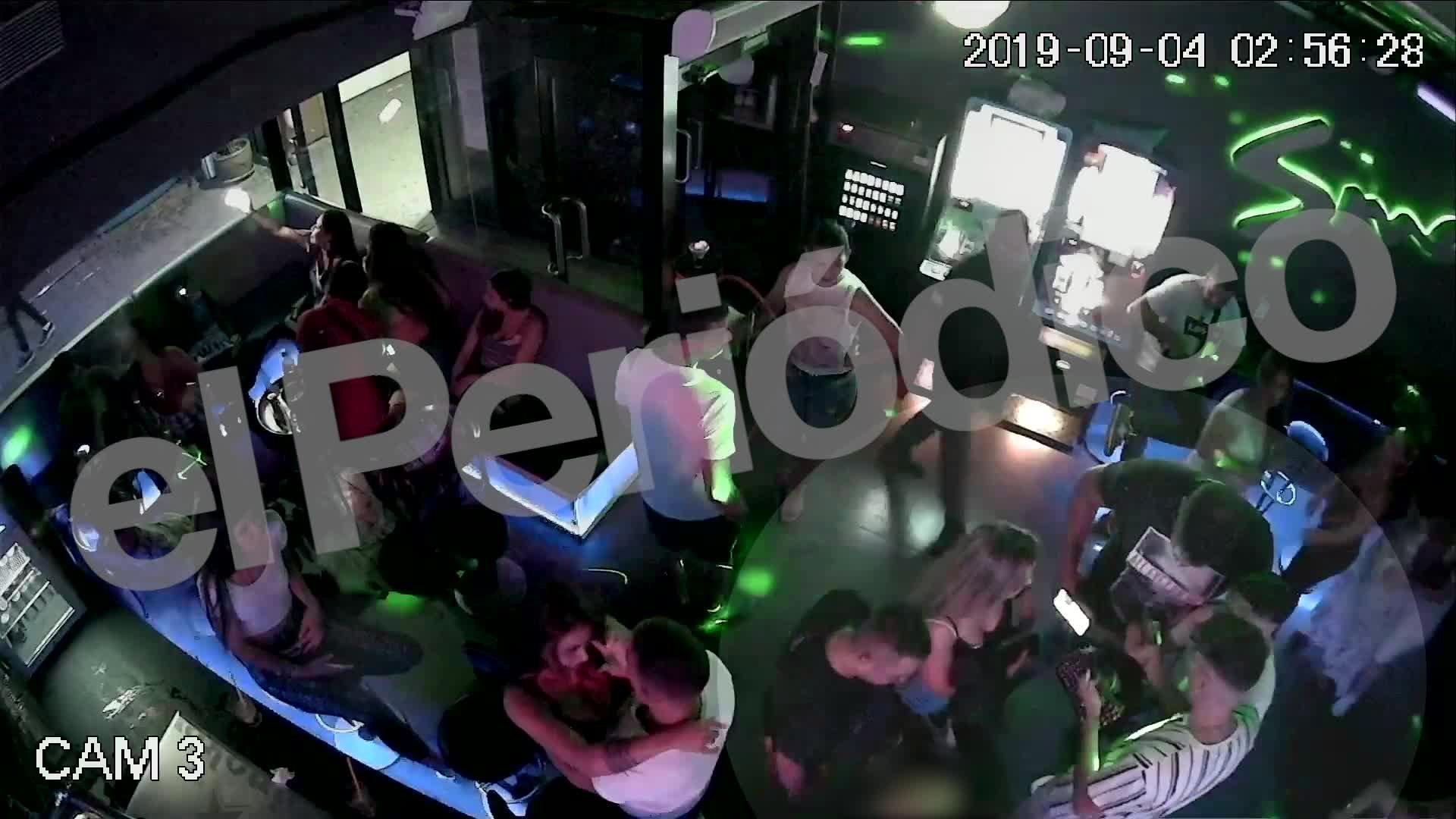 Grabación del momento en que la joven y el guardia de seguridad del local del Port Olímpic de Barcelona fueron apuñalados.