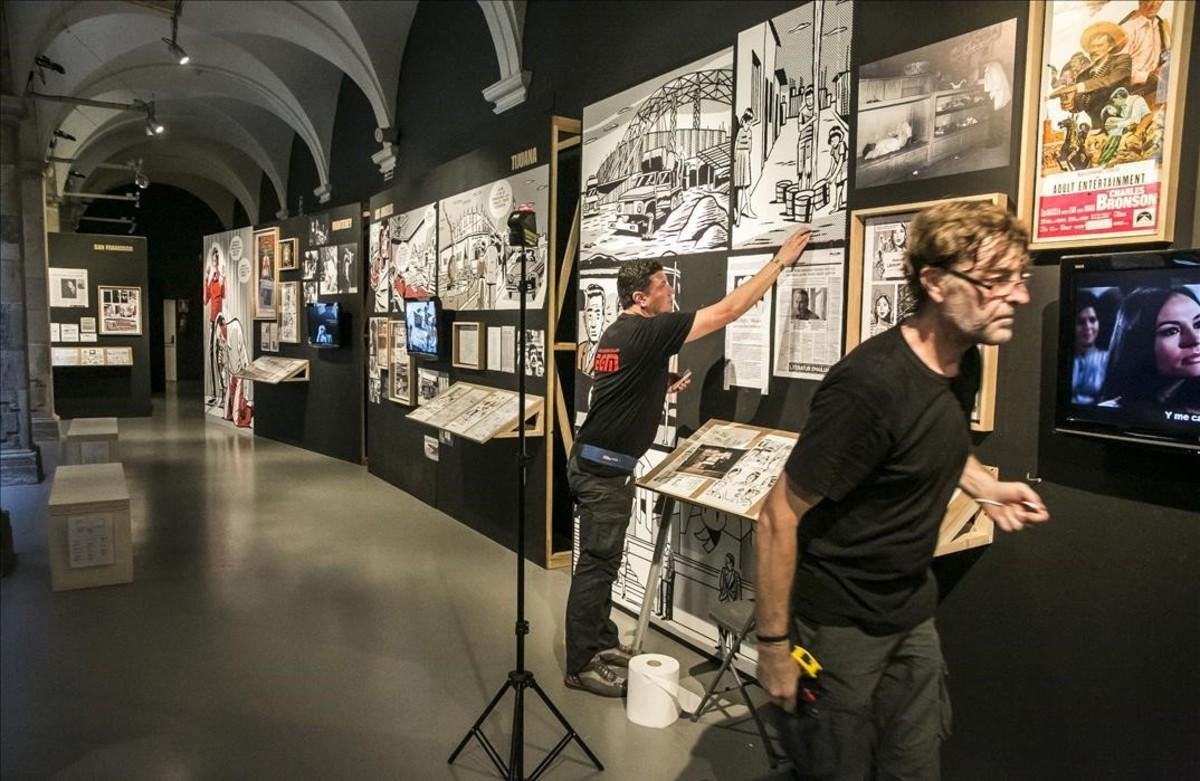 Momento del montaje de la exposición 'Black is Beltza', que el músico Fermin Muguruza presenta en el Arts Santa Mònica, basada en el cómic del mismo nombre.