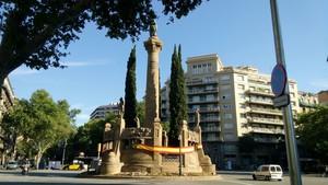 El monolito de la confluencia de Paseo de Sant Joan con la Diagonal.