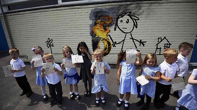 Banksy sorprèn amb un mural a uns escolars de la seva ciutat natal, Bristol.
