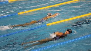 Nadadores en una piscina de Barcelona.