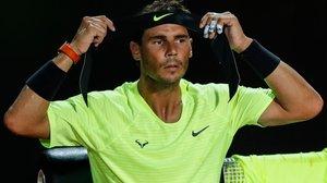 Nadal se ajusta la cinta en su cabello, en el torneo de Roma.