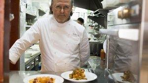 Narcís Rabasseda, del restaurante Can Rabasseda de Barcelona, con algunos de sus platos de bacalao.