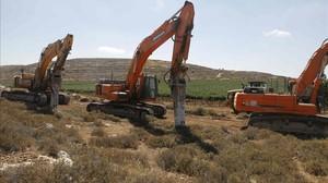 Varias máquinas esperan la orden para empezar los trabajos de construcción del asentamiento de Amijai en la Cisjordania ocupada.