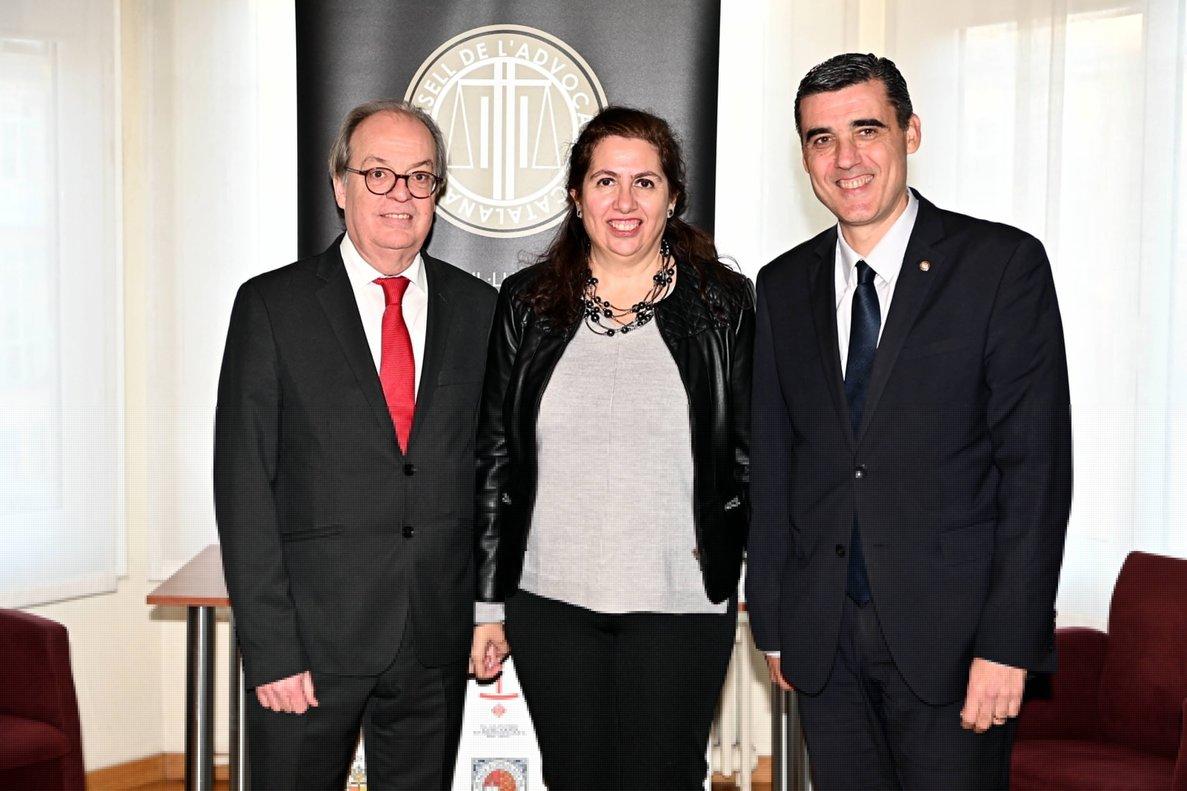 El nuevo presidente del Consejo de la Abogacía Catalana, Ignasi Puig, el expresidente, Julio J. Naveira, y la nueva vicepresidenta, Encarna Orduna.