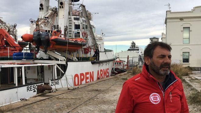Oscar Camps, frente al Open Arms atracado en el puerto de Barcelona, este lunes.