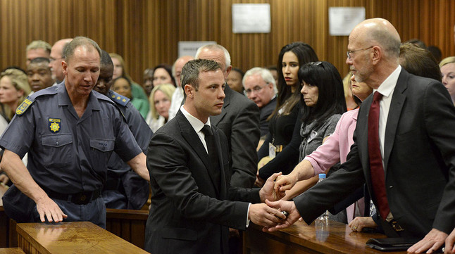 Oscar Pistorius s'acomiada dels seus familiars abans de ser traslladat a la presó on complirà cinc anys per haver matat la seva nòvia.