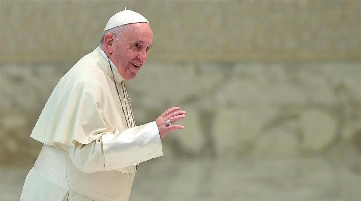El papa Francisco llega a su audiencia de este miércoles en el Vaticano.