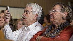 Pasqual Maragall y su mujer, Diana Garrigosa, en el 2011, en una presentación en el Ateneu Barcelonès.
