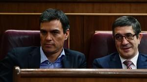 Pedro Sánchez y Patxi López, el pasado jueves en el Congreso, dos días antes de que el exlíder del PSOE renunciara a su escaño.