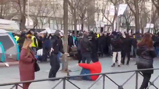 ¿Llançament a la piscina o agressió?: la peculiar escena durant el desallotjament de taxistes de la Castellana a Madrid