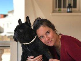 Almudena Herraizy su perro Bracket, enfermo del corazón y robado en la puerta de una tienda de Sant Cugat del Vallès.