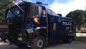 El camión lanza agua de la Policía Nacional