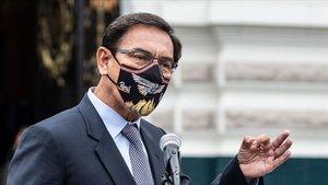 El presidente de Perú, Martín Vizcarra, comparece ante los medios a su llegada al Congreso, este lunes.