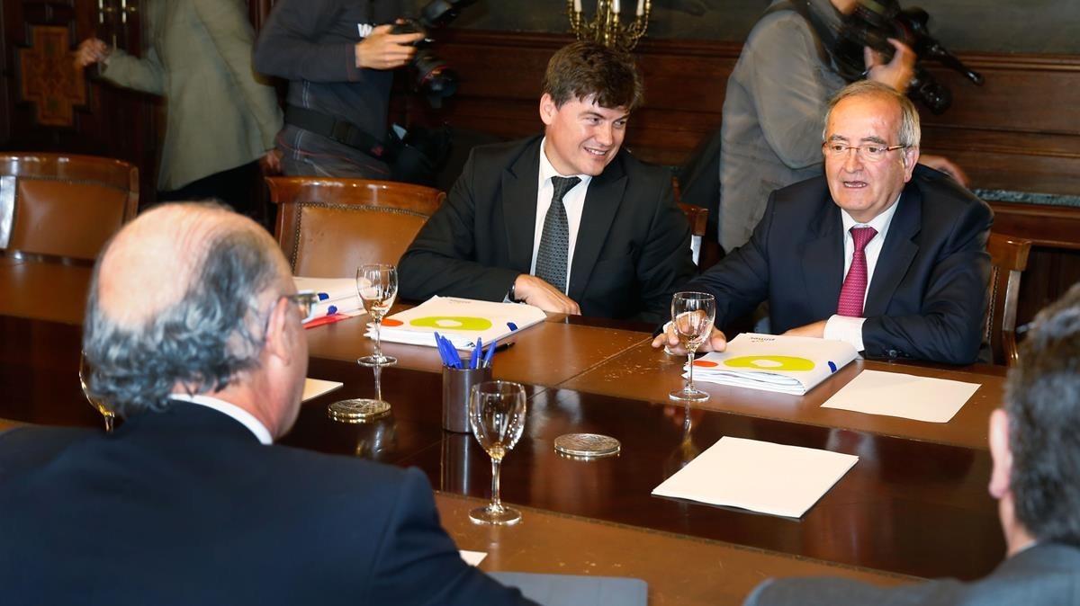 El presidente de la Plataforma contra la Morosidad, Antoni Cañete, en el centro, junto al presidente de Pimec, Josep González, en una reunión con el ministro de HAcienda, Cristóbal Montoro (de espaldas).