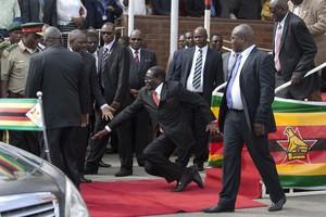 El presidente de Zimbabue Robert Mugabe tropezando tras un discurso este lunes en un aeropuerto en su país.