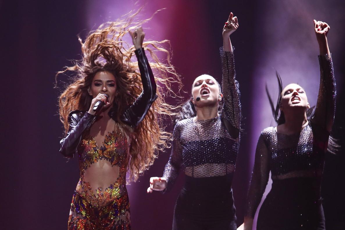La representante de Chipre, Eleni Foureira, interpreta 'Fuego' durante la primera semifinal de Eurovisión 2018.