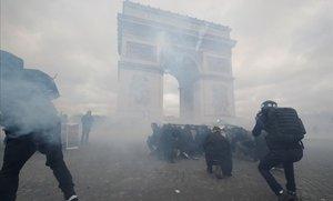 Protesta de los 'chalecos amarillos' cerca del Arco de Triunfo en París.