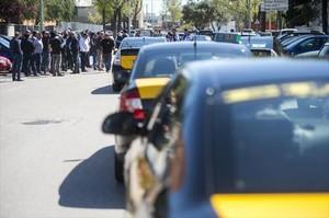 Protesta de taxistas ante la empresa de alquiler de vehículos con conductor Cabify en la Zona Franca, ayer.