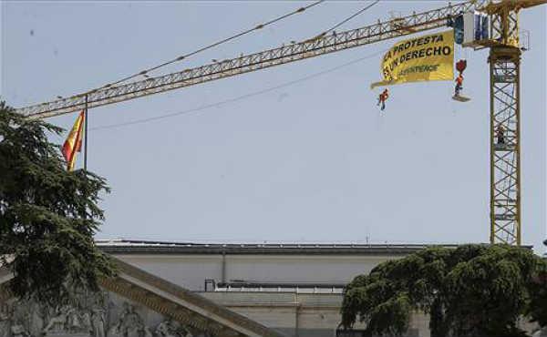 Activistas de Greenpeace despliegan una bandera en el Congreso de los Diputados para mostrar su rechazo a la Ley Mordaza bajo el lema La protesta es un derecho.