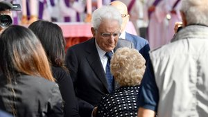 El presidente italiano,Sergio Mattarella, saluda a un familiar de las víctimas.
