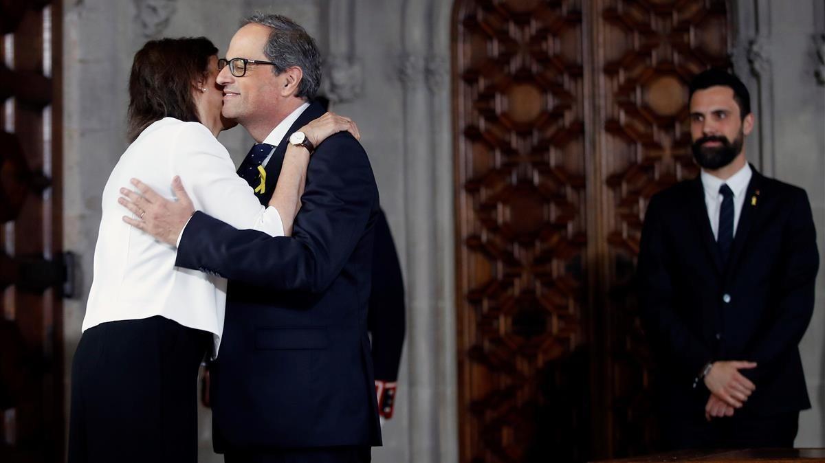 Quim Torra recibe la felicitación de su esposa, ante el presidente del Parlament, Roger Torrent, durante la toma de posesión.