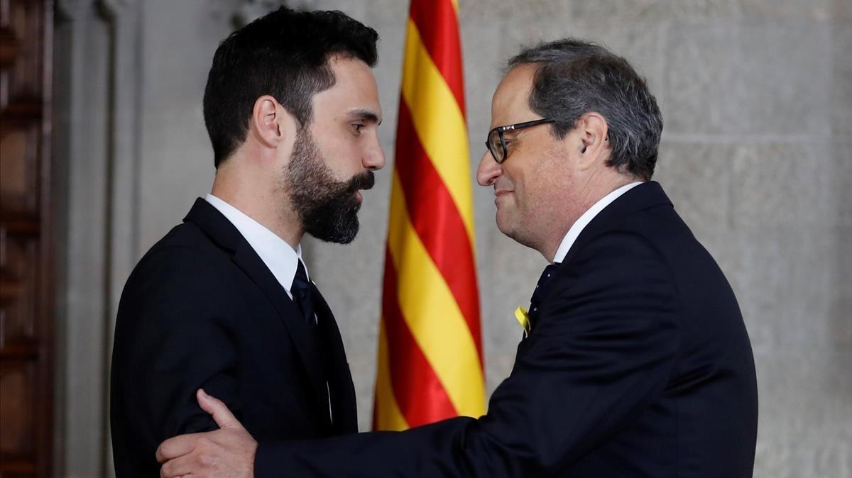 Quim Torra y Roger Torrent, presidentes de la Generalitat y del Parlament, respectivamente, al acabar la toma de posesión.