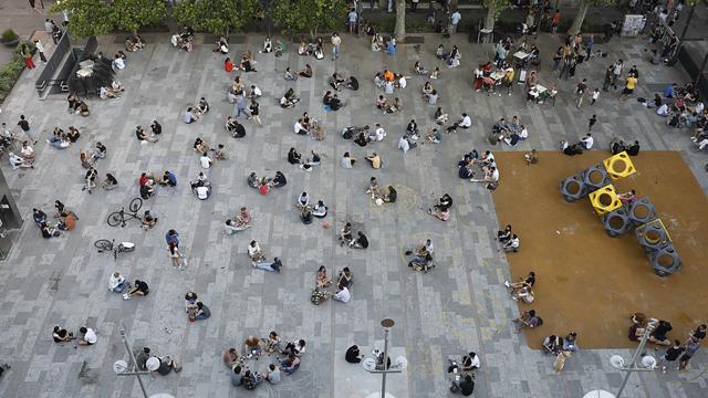 Ambiente en las terrazas de los bares y restaurantes de Barcelona y Madrid.