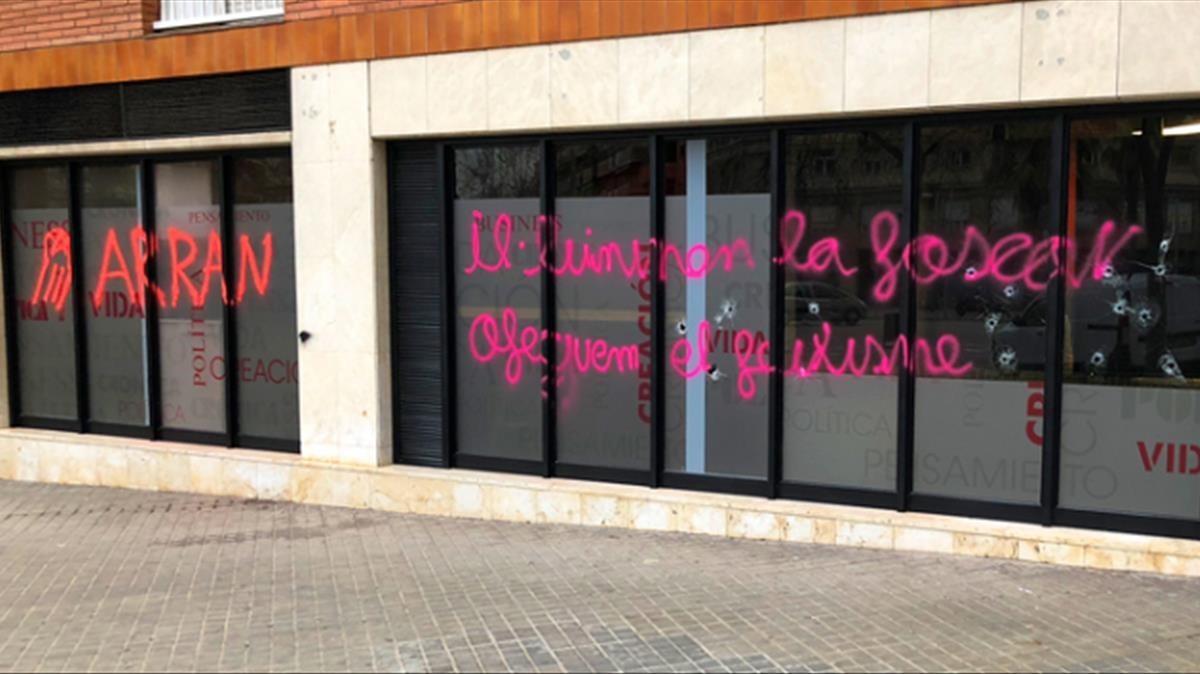 La redacción de Grónica Global amanece con pintadas en la fachada reivindicadas por Arran.