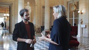 Ricard Ustrell, con Marine Le Pen, en 'Quatre gats'.