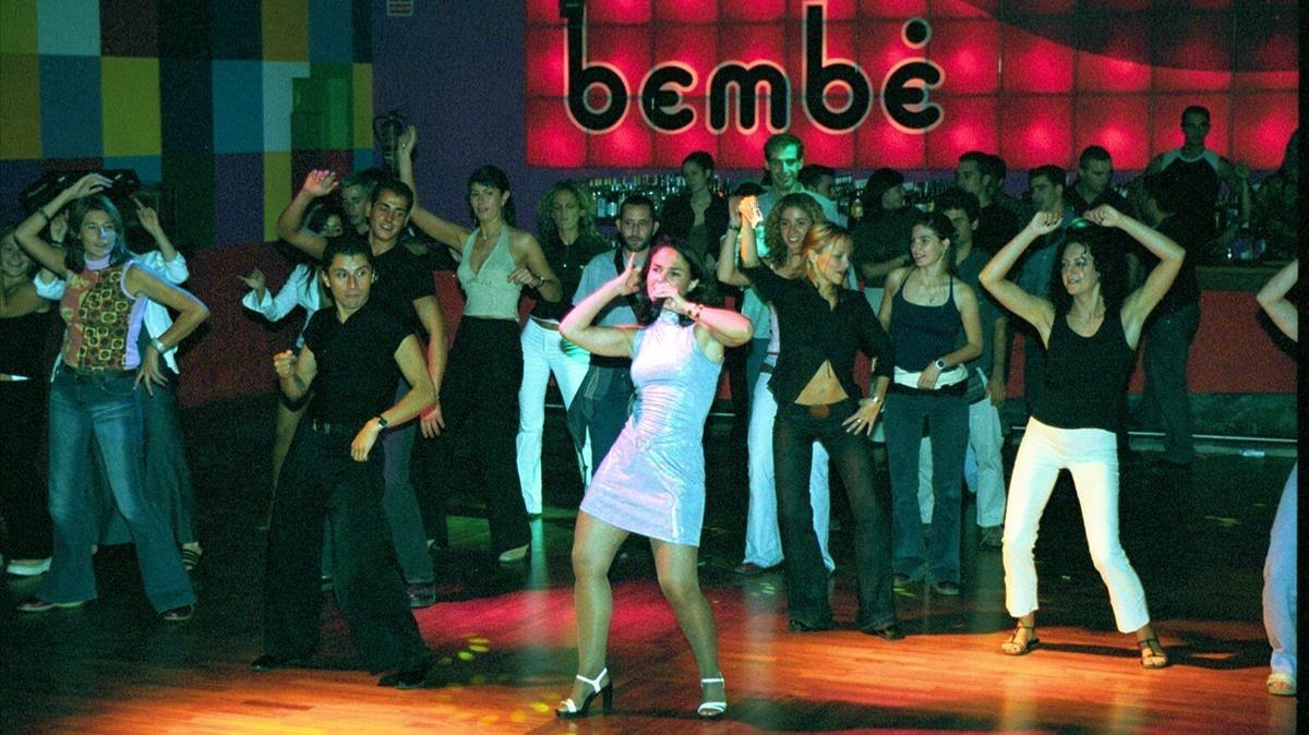 Mujeres bailando en una discoteca de Sabadell.