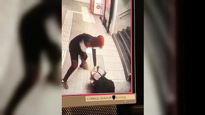 Robo con violencia en la parada de metro de Bac de Roda, en Barcelona.