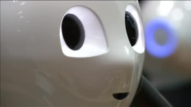 El robot humanoide Pepper, programado para ceremonias budistas, en su presentación en una feria de Tokio.