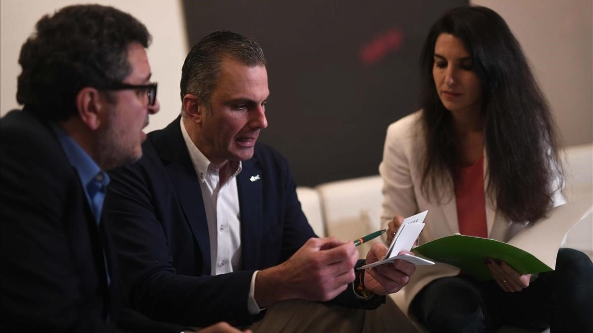 Rocío Monasterio, junto al secretario general de Vox, Javier Ortega, y el líder del partido en Andalucía, Francisco Serrano, el pasado 2 de diciembre, en Sevilla.