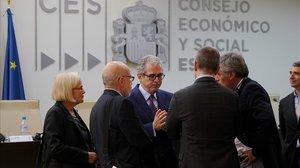 El presidente de Inditex, Pablo Isla, conversa con representantes sindicales internacionales en la sede del Consejo Económico y Social (CES)