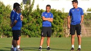 Xavi Bartolo, en el centro, junto a su equipo técnico en el Reus.