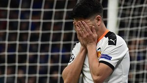 Carlos Soler se lamenta durante el partido ante el Atalanta en Milán.