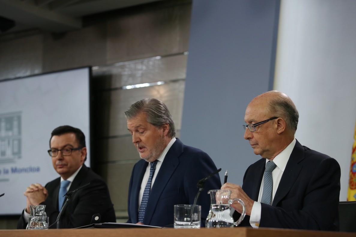 Rueda de prensa posterior al Consejo de Ministros, con Méndez de Vigo,Montoro y Escolano.