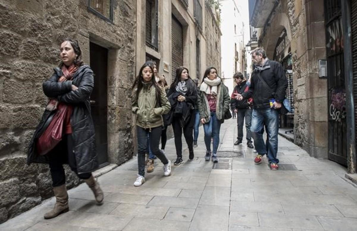 Juan Conejero guía a un grupo de estudiantes durante un recorrido del Street Life Tour.
