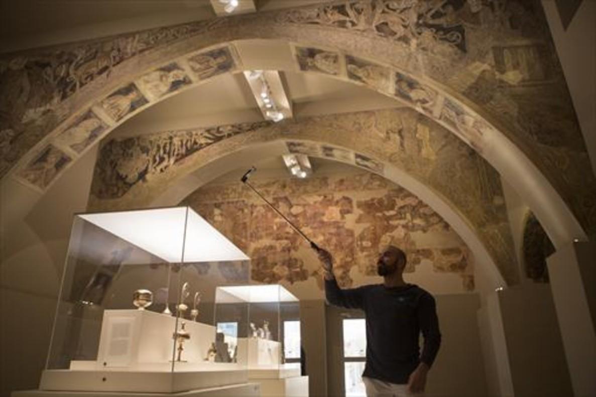 Sala del MNAC, el pasado 23 de septiembre, con las pinturas murales de la sala capitular del monasterio de Sijena salvadas por Josep Gudiol.